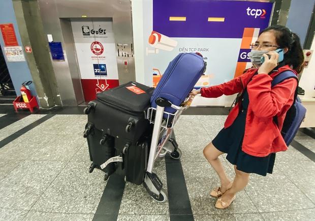 Tân Sơn Nhất phân làn, hành khách và tài xế công nghệ mỏi mắt tìm nhau giữa các tầng ở nhà giữ xe: Chờ cả tiếng lại phải trả thêm 25.000 đồng - Ảnh 5.