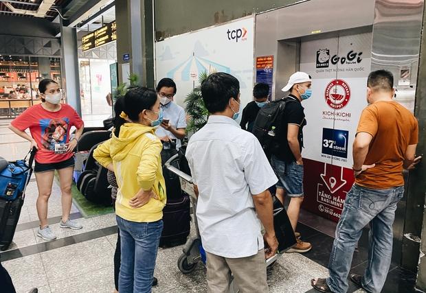 Tân Sơn Nhất phân làn, hành khách và tài xế công nghệ mỏi mắt tìm nhau giữa các tầng ở nhà giữ xe: Chờ cả tiếng lại phải trả thêm 25.000 đồng - Ảnh 4.