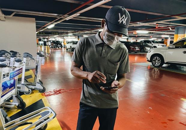 Tân Sơn Nhất phân làn, hành khách và tài xế công nghệ mỏi mắt tìm nhau giữa các tầng ở nhà giữ xe: Chờ cả tiếng lại phải trả thêm 25.000 đồng - Ảnh 12.