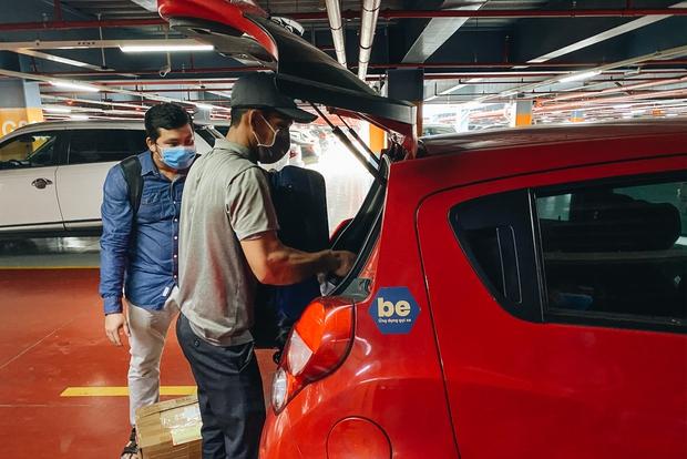 Tân Sơn Nhất phân làn, hành khách và tài xế công nghệ mỏi mắt tìm nhau giữa các tầng ở nhà giữ xe: Chờ cả tiếng lại phải trả thêm 25.000 đồng - Ảnh 7.