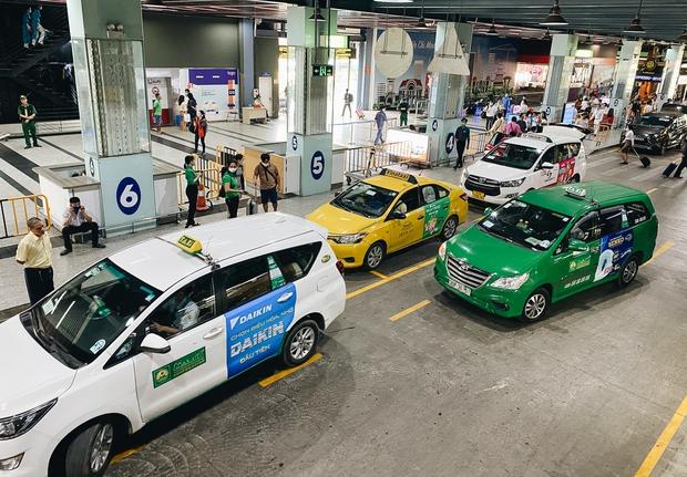 Tân Sơn Nhất phân làn, hành khách và tài xế công nghệ mỏi mắt tìm nhau giữa các tầng ở nhà giữ xe: Chờ cả tiếng lại phải trả thêm 25.000 đồng - Ảnh 10.