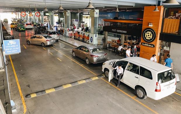 Tân Sơn Nhất phân làn, hành khách và tài xế công nghệ mỏi mắt tìm nhau giữa các tầng ở nhà giữ xe: Chờ cả tiếng lại phải trả thêm 25.000 đồng - Ảnh 11.