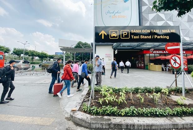 Tân Sơn Nhất phân làn, hành khách và tài xế công nghệ mỏi mắt tìm nhau giữa các tầng ở nhà giữ xe: Chờ cả tiếng lại phải trả thêm 25.000 đồng - Ảnh 3.