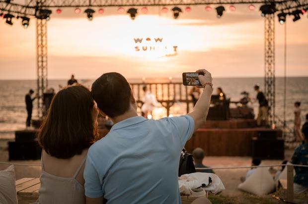 Review WOW Sunset Show: Không đèn led nào so được với ánh hoàng hôn, chẳng nhóm bè nào hoàn hảo hơn tiếng sóng biển - Ảnh 1.