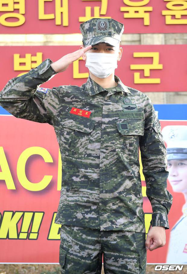 Nam thần Minho (SHINee) chính thức xuất ngũ: Lộ mỗi mắt đã thấy chuẩn soái ca, hành động nhỏ khiến netizen cảm phục - Ảnh 3.