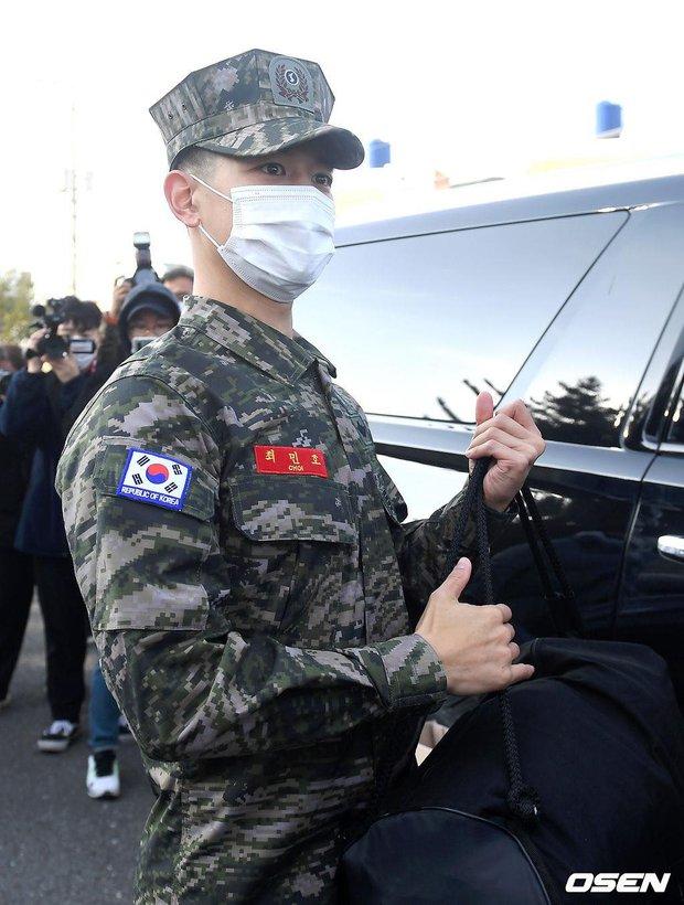 Nam thần Minho (SHINee) chính thức xuất ngũ: Lộ mỗi mắt đã thấy chuẩn soái ca, hành động nhỏ khiến netizen cảm phục - Ảnh 11.