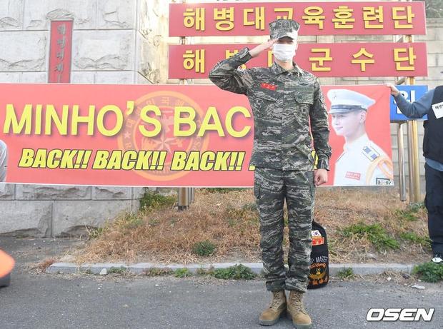 Nam thần Minho (SHINee) chính thức xuất ngũ: Lộ mỗi mắt đã thấy chuẩn soái ca, hành động nhỏ khiến netizen cảm phục - Ảnh 12.