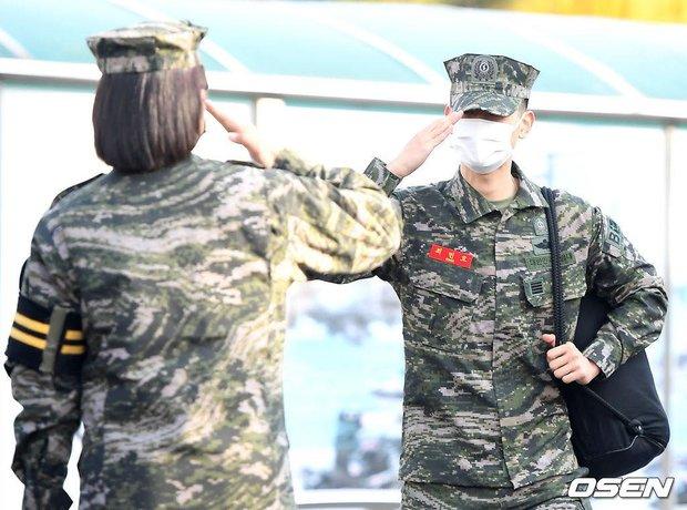 Nam thần Minho (SHINee) chính thức xuất ngũ: Lộ mỗi mắt đã thấy chuẩn soái ca, hành động nhỏ khiến netizen cảm phục - Ảnh 10.