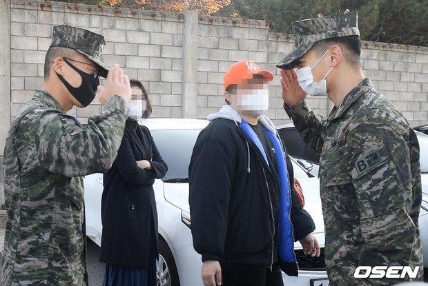 Nam thần Minho (SHINee) chính thức xuất ngũ: Lộ mỗi mắt đã thấy chuẩn soái ca, hành động nhỏ khiến netizen cảm phục - Ảnh 9.