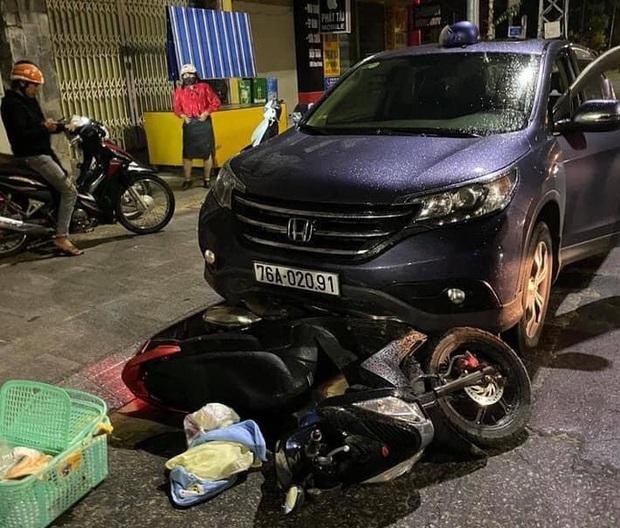 Quảng Ngãi: Ôtô kéo lê xe máy đang chở sản phụ đi sinh đẻ khoảng 500m - Ảnh 1.