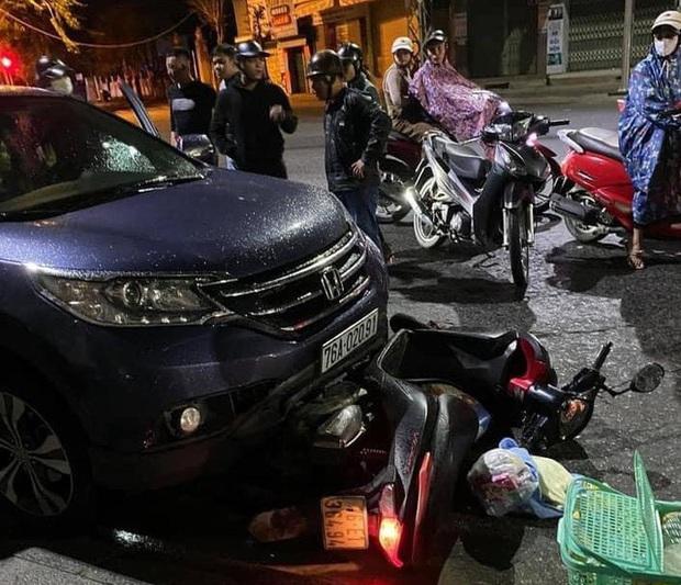 Quảng Ngãi: Ôtô kéo lê xe máy đang chở sản phụ đi sinh đẻ khoảng 500m - Ảnh 3.