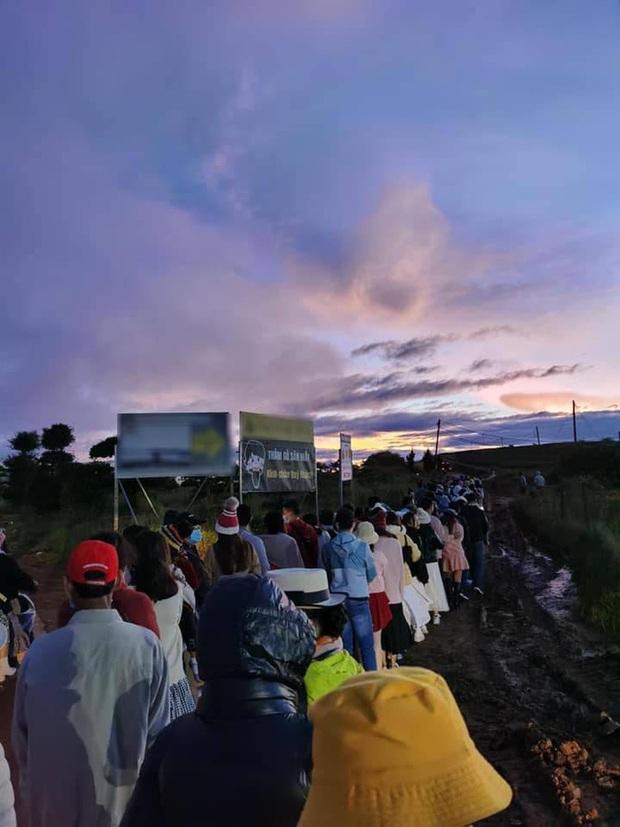 Dòng người quấn khăn choàng, đội nón len, xếp hàng dài cả chục mét vào lúc 5 giờ sáng chờ được săn mây ở Đà Lạt - Ảnh 2.