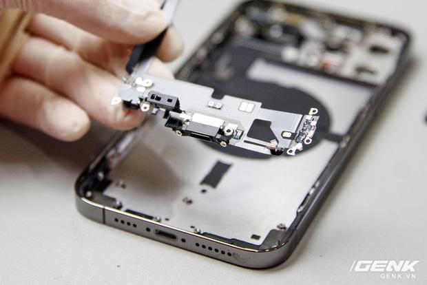 Mổ bụng iPhone 12 Pro Max tại Việt Nam: pin chữ L dung lượng 3.687mAh, camera sau vừa to vừa dài - Ảnh 11.