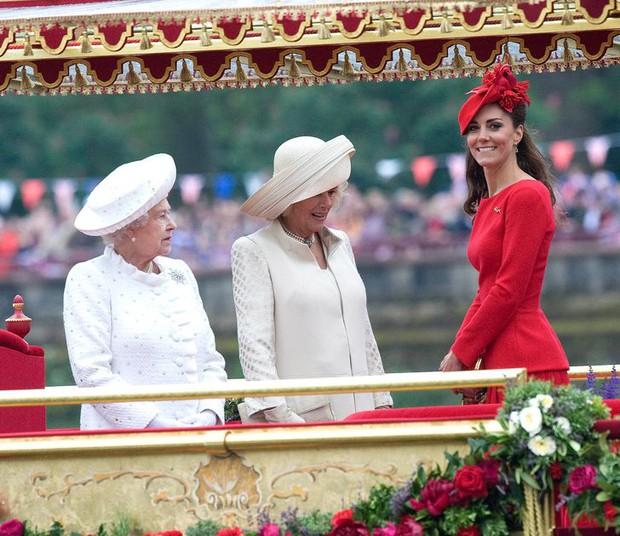 Tưởng luôn chuẩn mực nhưng có tới 10 lần Công nương Kate đã vi phạm quy định Hoàng gia Anh mà công chúng không ai hay biết - Ảnh 7.