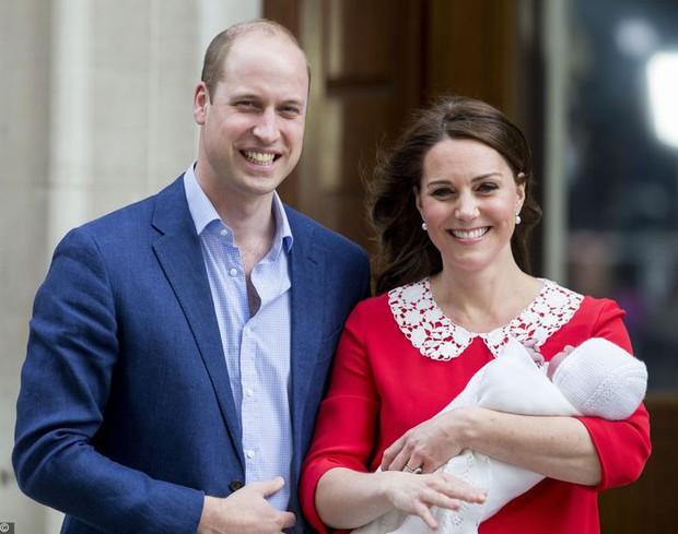 Tưởng luôn chuẩn mực nhưng có tới 10 lần Công nương Kate đã vi phạm quy định Hoàng gia Anh mà công chúng không ai hay biết - Ảnh 8.