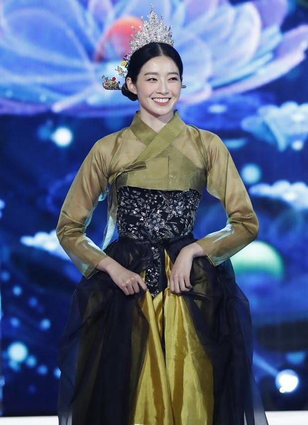 """Cuộc thi Hoa hậu Hàn Quốc bị """"ném đá"""" gắt nhất lịch sử: Thí sinh diện Hanbok như đồ bơi, """"bức tử"""" vòng 1 phản cảm - Ảnh 7."""