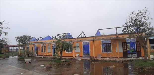 Thiệt hại nặng nề do bão số 13 gây ra tại miền Trung: 18 người bị thương, hơn 1.500 căn nhà bị tốc mái và sập - Ảnh 2.