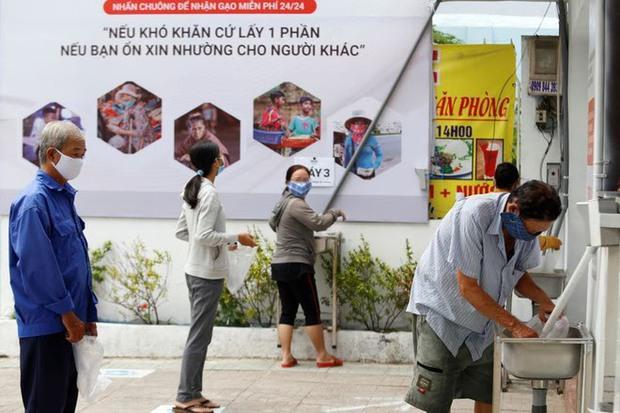 Giữa cuộc sống ồn ào nhộn nhịp ta vẫn thấy vẻ đẹp diệu kỳ của sự gắn kết giữa người Việt Nam - Ảnh 2.