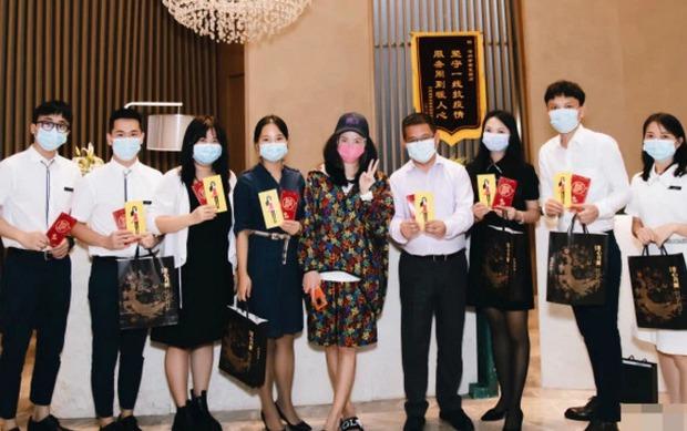 Loạt thông tin cực hot về nghi vấn Trương Bá Chi đang mang thai lần thứ 4 với Tạ Đình Phong, hiện đang chờ ngày đẻ - Ảnh 3.