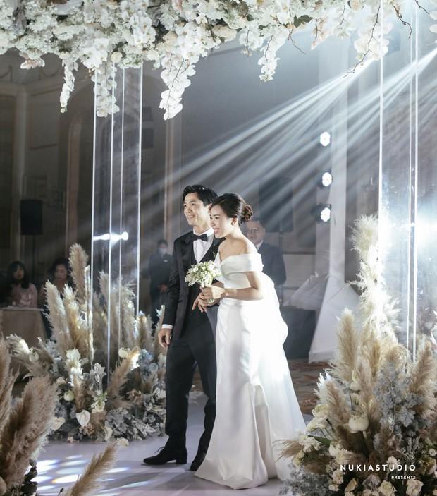 So ảnh Viên Minh - vợ Công Phượng trong đám hỏi và lễ rước dâu: Thay đổi màu áo nhưng thần thái vẫn miễn chê - Ảnh 6.
