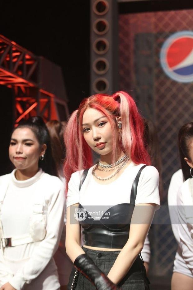 Dàn sao mặc cố đổ bộ 2 cuộc thi rap: Khả Như (Rap Việt) lên đồ rách tả tơi nhưng chưa gây choáng bằng MC Phí Linh (King Of Rap) - Ảnh 14.