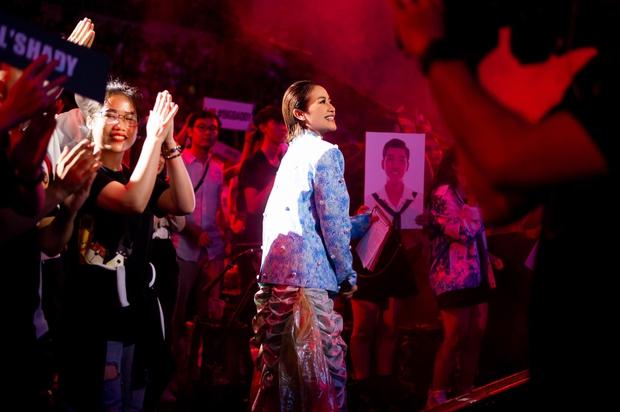 Dàn sao mặc cố đổ bộ 2 cuộc thi rap: Khả Như (Rap Việt) lên đồ rách tả tơi nhưng chưa gây choáng bằng MC Phí Linh (King Of Rap) - Ảnh 3.