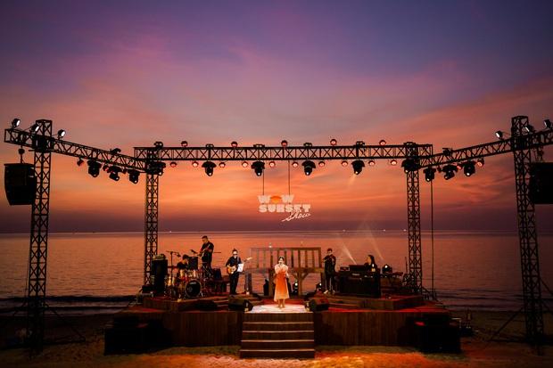 Review WOW Sunset Show: Không đèn led nào so được với ánh hoàng hôn, chẳng nhóm bè nào hoàn hảo hơn tiếng sóng biển - Ảnh 13.