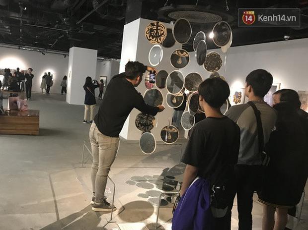 Hội sống ảo giẫm lên cả thông tin tác phẩm tại triển lãm ở Hà Nội, chê ít background đẹp và ở tầm 30 phút là chán - Ảnh 6.