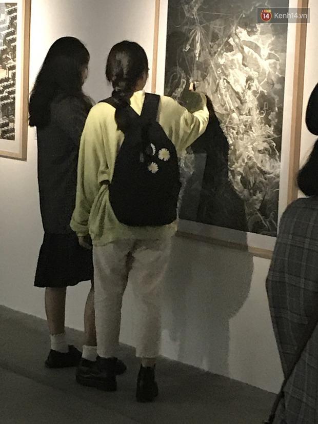 Hội sống ảo giẫm lên cả thông tin tác phẩm tại triển lãm ở Hà Nội, chê ít background đẹp và ở tầm 30 phút là chán - Ảnh 7.