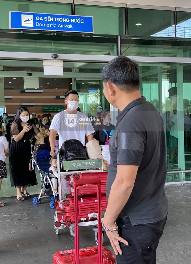 Độc quyền: Hình ảnh đầu tiên của vợ chồng Bùi Tiến Dũng tại sân bay, đi dự đám cưới Công Phượng ở Phú Quốc - Ảnh 1.