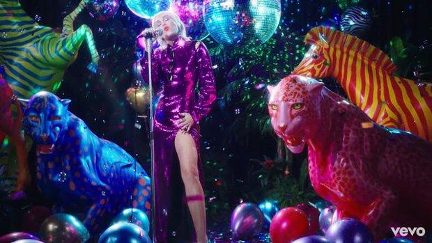 Tân binh họ hàng xa với TWICE vừa debut đã bị tố đạo nhái MV của Miley Cyrus, netizen quay sang cà khịa SM sau khi công ty lên tiếng - Ảnh 5.