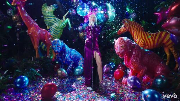Tân binh họ hàng xa với TWICE vừa debut đã bị tố đạo nhái MV của Miley Cyrus, netizen quay sang cà khịa SM sau khi công ty lên tiếng - Ảnh 4.
