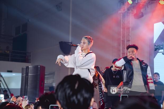 Cơn bão về nụ hôn với Min còn chưa tan, 16 Typh đã rủ rê Yuno Bigboi on stage diễn chung Người Ấy Là Ai cực sung - Ảnh 8.