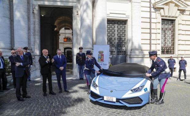 Cảnh sát Ý được trang bị siêu xe Lamborghini 16 tỷ - Ảnh 1.