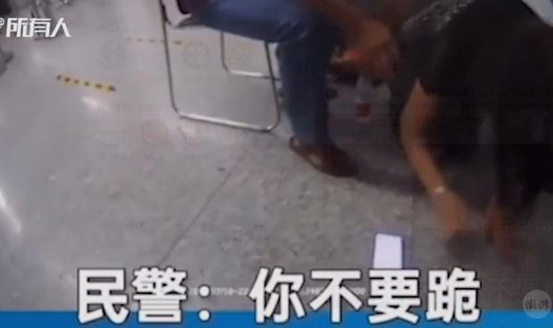 Con trai bị bắt vì giở trò sàm sỡ trên tàu điện ngầm, người mẹ quỳ xuống xin tha nhưng lại nói một câu gây phẫn nộ - Ảnh 2.