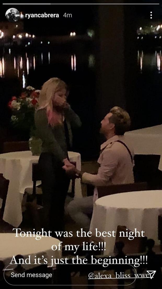 Mỹ nhân WWE Alexa Bliss chính thức đính hôn với bạn trai nhạc sĩ, fan giục cưới ngay để tránh đêm dài lắm mộng - Ảnh 1.