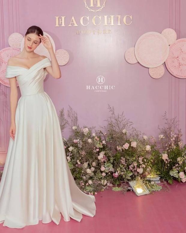 Vợ Công Phượng mặc váy cưới trơn nhẹ nhàng, cầm hoa cưới đắt đỏ khiến ai cũng liên tưởng ngay tới Song Hye Kyo - Ảnh 3.