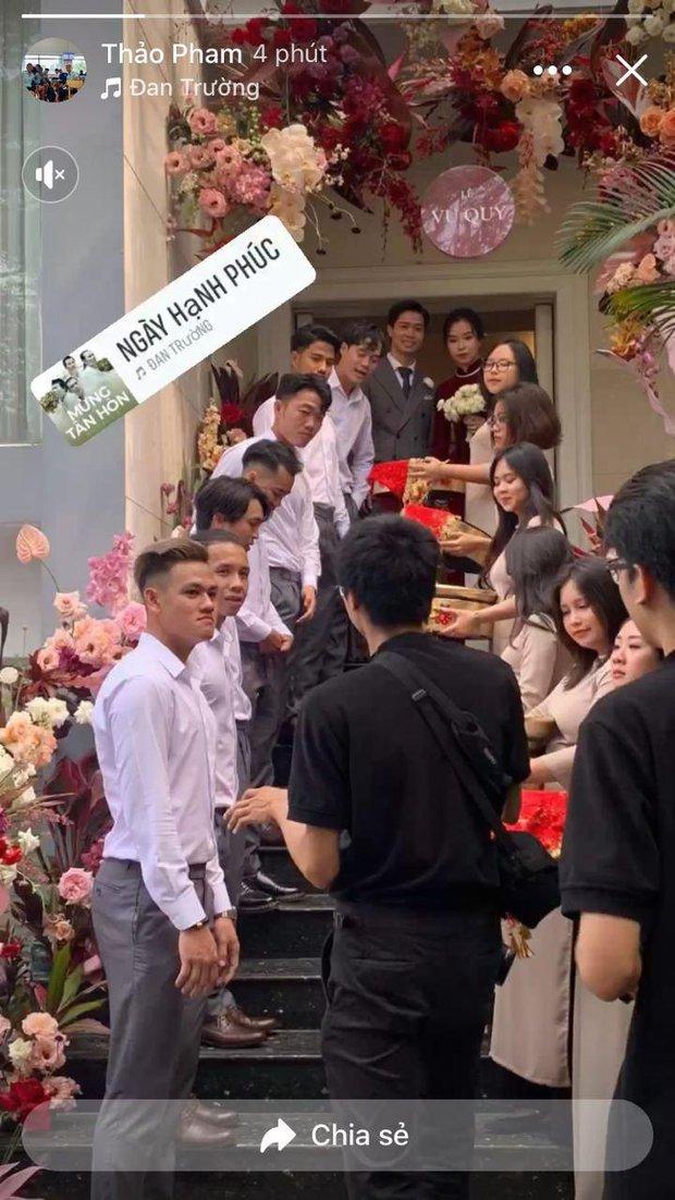 Đám rước dâu Công Phượng - Viên Minh: Cô dâu cực xinh, tay nắm chặt chú rể, dàn phù rể cầu thủ nô nức chuẩn bị tráp - Ảnh 6.