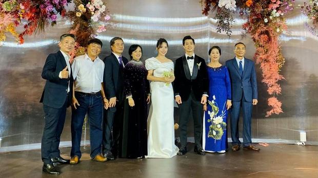 Vợ Công Phượng mặc váy cưới trơn nhẹ nhàng, cầm hoa cưới đắt đỏ khiến ai cũng liên tưởng ngay tới Song Hye Kyo - Ảnh 1.