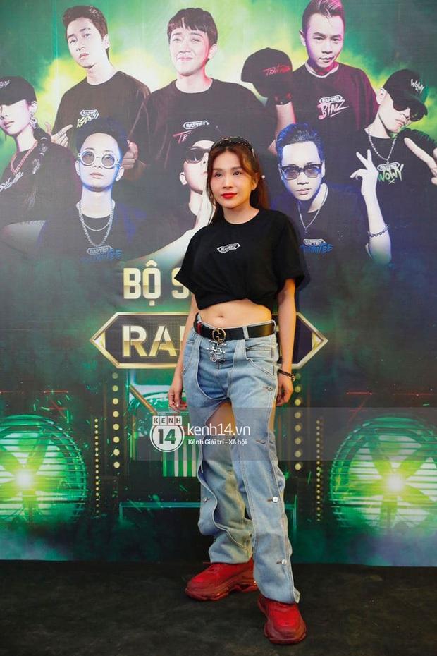 Dàn sao mặc cố đổ bộ 2 cuộc thi rap: Khả Như (Rap Việt) lên đồ rách tả tơi nhưng chưa gây choáng bằng MC Phí Linh (King Of Rap) - Ảnh 8.