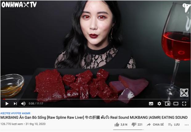 SỐC: YouTuber người Hàn làm clip mukbang ăn nguyên tảng gan sống, netizen nổi gai ốc tưởng lạc trôi về thời tiền sử - Ảnh 2.