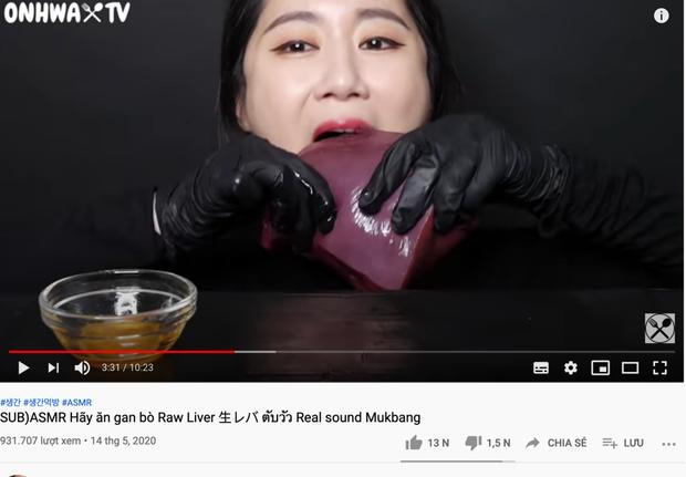 SỐC: YouTuber người Hàn làm clip mukbang ăn nguyên tảng gan sống, netizen nổi gai ốc tưởng lạc trôi về thời tiền sử - Ảnh 4.