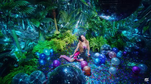 Tân binh họ hàng xa với TWICE vừa debut đã bị tố đạo nhái MV của Miley Cyrus, netizen quay sang cà khịa SM sau khi công ty lên tiếng - Ảnh 3.
