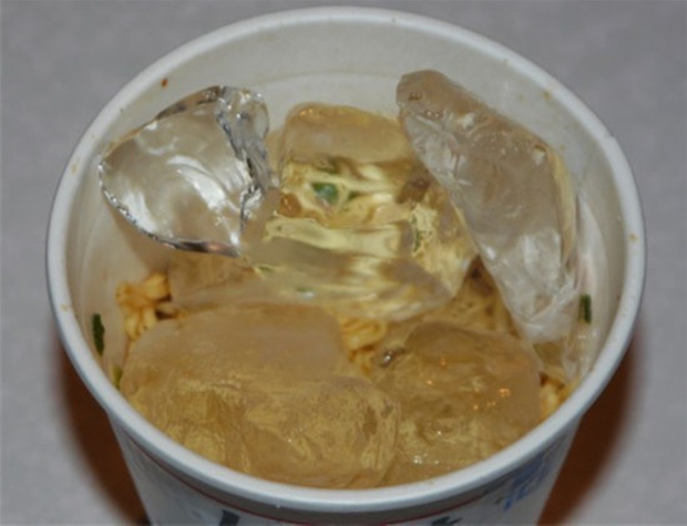 Nấu mì tôm cuối tháng theo phong cách sinh viên: Nhìn thì ngon còn ăn vào chắc ngán - Ảnh 2.