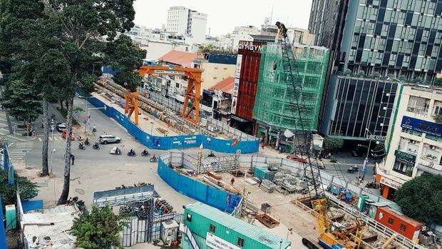 Cận cảnh 800 công nhân đang làm việc xuyên ngày đêm để sớm hoàn thành nhà ga ngầm lớn nhất tuyến metro Sài Gòn - Ảnh 16.