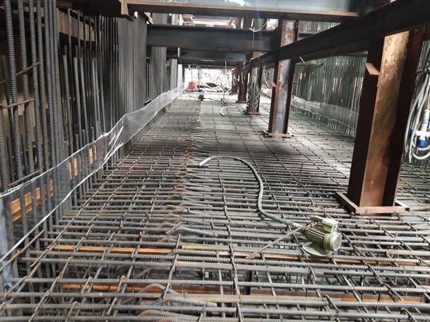 Cận cảnh 800 công nhân đang làm việc xuyên ngày đêm để sớm hoàn thành nhà ga ngầm lớn nhất tuyến metro Sài Gòn - Ảnh 11.