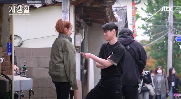 6 cảnh hậu trường ngọt lụi tim của Seohyun - Go Kyung Pyo: Cứ nghĩ tới màn hôn ép tường mà khoái á! - Ảnh 16.