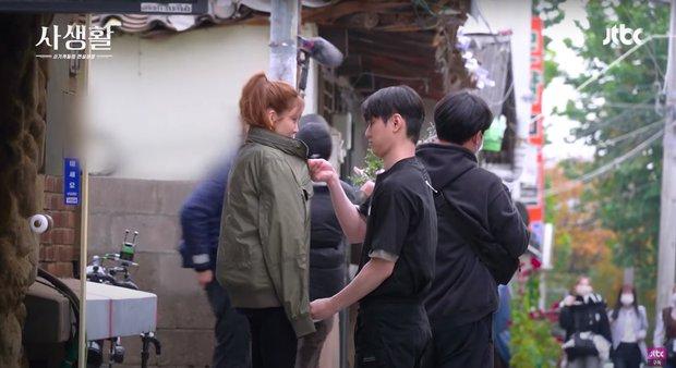 6 cảnh hậu trường ngọt lụi tim của Seohyun - Go Kyung Pyo: Cứ nghĩ tới màn hôn ép tường mà khoái á! - Ảnh 15.