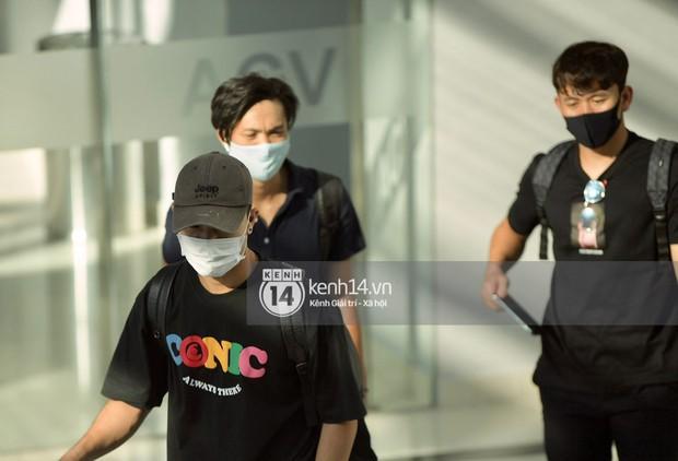 HOT: Hội bạn thân Công Phượng toàn là cầu thủ hot đang đổ bộ sân bay Phú Quốc, đi ăn cưới thôi mà ngầu như sao hạng A! - Ảnh 2.