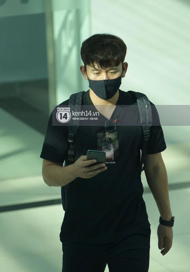 HOT: Hội bạn thân Công Phượng toàn là cầu thủ hot đang đổ bộ sân bay Phú Quốc, đi ăn cưới thôi mà ngầu như sao hạng A! - Ảnh 4.